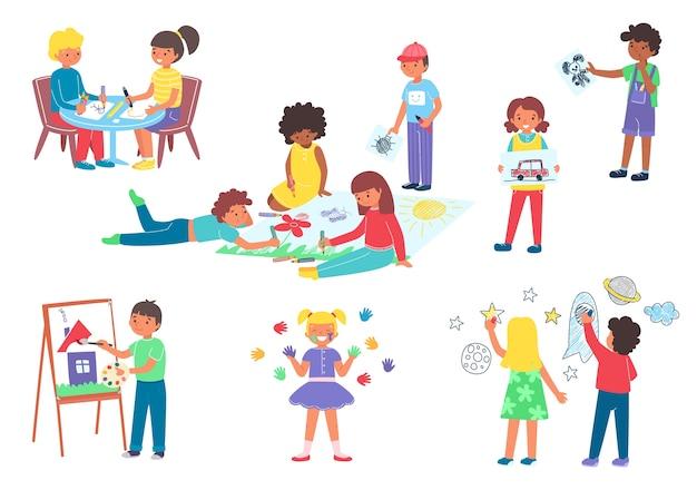 Bambini che disegnano e dipingono con il pennello nell'album
