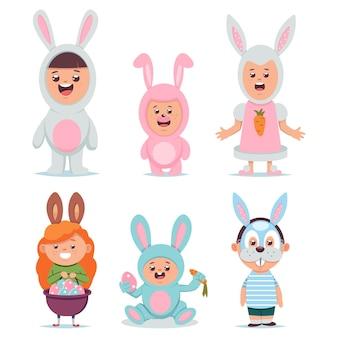 Bambini in set di caratteri del fumetto di vettore del costume del coniglietto di pasqua. ragazzi e ragazze svegli vestiti con un vestito e una maschera di coniglio isolato.