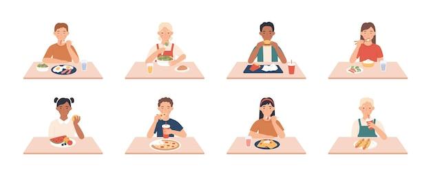 I bambini mangiano. ragazzi, ragazze gruppo mangiare pasti e bevande a tavola, godendo la colazione, pranzo bambini carattere vettoriale. persone sedute a cena, colazione gustata fast food e altre illustrazioni di pasti