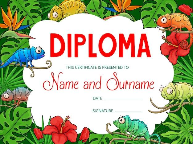 Diploma di educazione dei bambini con i camaleonti dei cartoni animati nella giungla tropicale. certificato di diploma di scuola, premio di successo e regalo d'onore con cornice di sfondo di lucertole camaleonti e fiori di palma