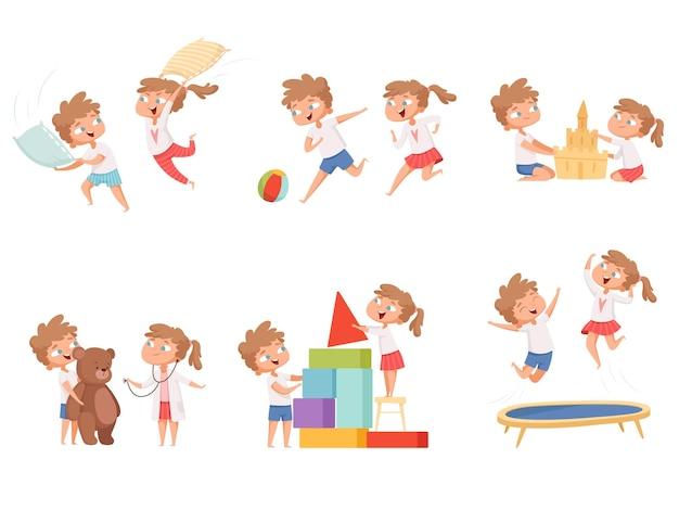 Giochi divertenti per bambini. bambini che giocano insieme cuscino battaglia personaggi dei cartoni animati fratello e sorella.