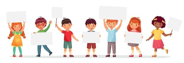 Bambini che tengono striscioni. ragazzo e ragazza di vettore con banner vuoto, ragazzo di scuola di fumetto illustrazione e lavagna per testo