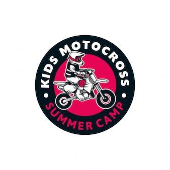 Illustrazione del segno di colore del distintivo di logo del campeggio estivo del motocross dei bambini