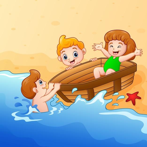 Bambini che giocano in barca intorno all'acqua in riva al mare