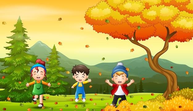 Bambini che giocano all'aperto durante la stagione autunnale o autunnale