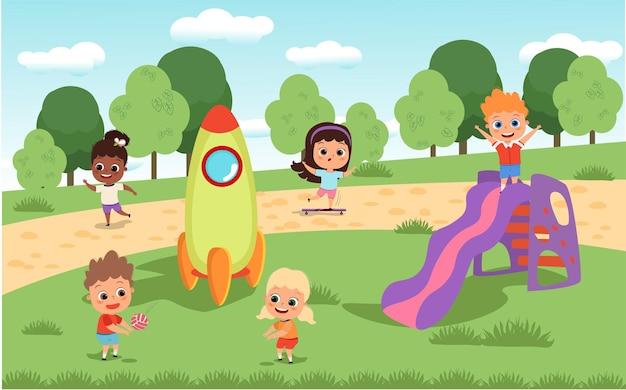 Bambini che giocano nel parco giochi