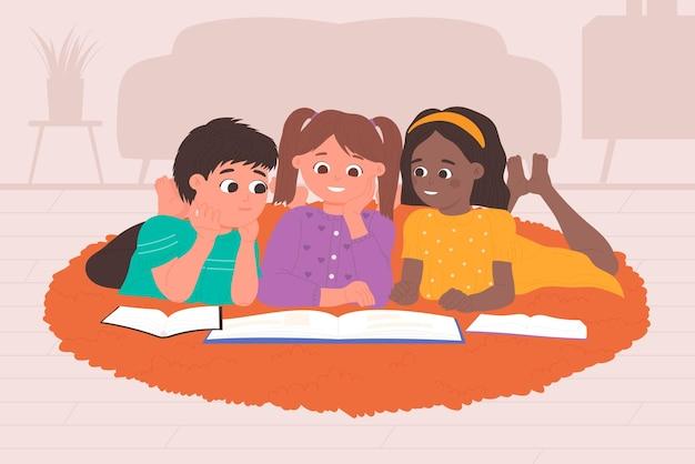 I bambini leggono libri a casa insieme bambini felici seduti sul pavimento dell'interno del soggiorno