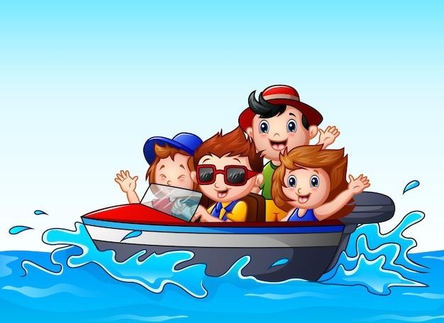 Bambini che guidano una barca a motore nell'oceano