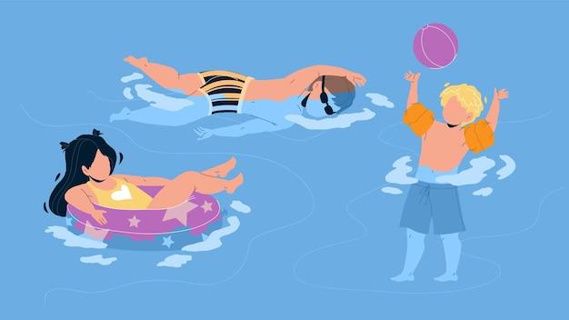 Bambini che nuotano e giocano nel vettore di waterpool. ragazzo gioca con la palla e nuota, ragazza che galleggia sul salvagente, bambini in piscina. personaggi vacanze estive tempo giocoso piatto cartoon illustration