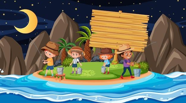 Bambini in vacanza sulla scena notturna della spiaggia con un modello di banner in legno vuoto