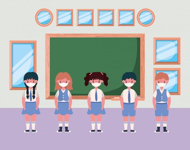 Bambini con maschere in aula davanti al tabellone