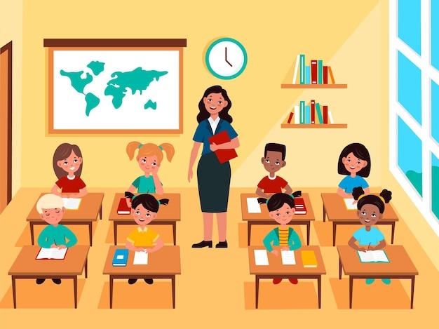 Bambini con insegnante in classe. studenti multinazionali all'interno della classe scolastica, pedagogo insegna lezione, materia di studio per bambini. concetto piatto del fumetto di vettore di istruzione primaria o elementare
