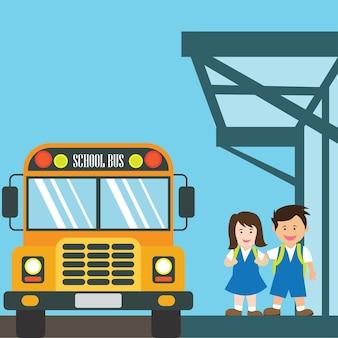 Bambini con la divisa che va a scuola che guida lo scuolabus giallo