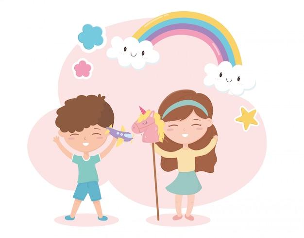 Zona bambini, simpatico ragazzino e ragazza con giocattoli aerei e bastoncini di cavallo