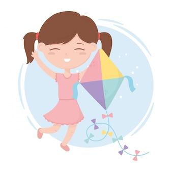 Zona bambini, bambina carina che gioca con i suoi giocattoli da cartone animato aquilone