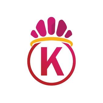 Modello di logo della corona del re con il simbolo della lettera k