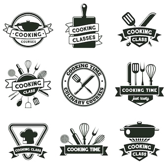 Emblemi di utensili da cucina, posate e utensili da cucina. etichette per scuole di cucina, set di illustrazioni vettoriali per corsi di cucina. distintivi di cucina alimentare. corso per chef, master class