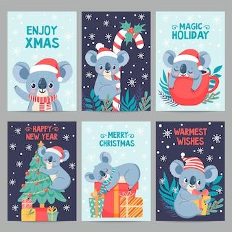Koala natale. animali felici con scatole regalo. simpatiche cartoline di natale con i koala. piccolo orso australiano nell'insieme di vettore di vacanza invernale. cartolina di koala del fumetto dell'illustrazione, cartolina di natale di festa