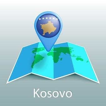Mappa del mondo di bandiera del kosovo nel pin con il nome del paese su sfondo grigio