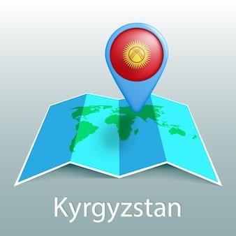 Mappa del mondo di bandiera del kirghizistan nel perno con il nome del paese su sfondo grigio
