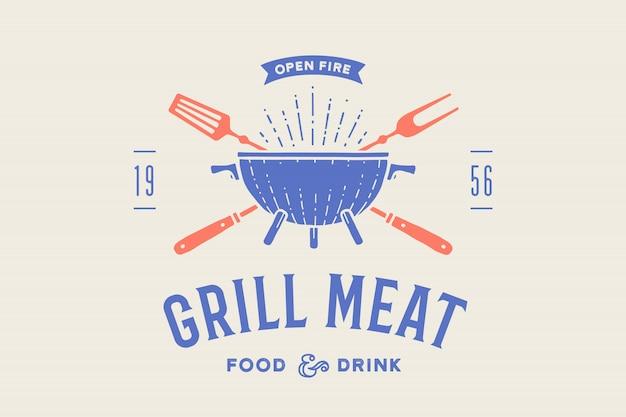 Etichetta o logo per ristorante. logo con grill, barbecue o barbecue, forchetta grill, testo grill carne, cibi e bevande, fuoco aperto. logo grafico del modello di ristorante, bar, caffetteria, food court. illustrazione