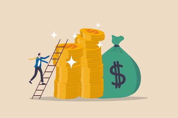 Scala del successo nell'obiettivo finanziario, nel raggiungimento del reddito del percorso di carriera o nell'investimento per il concetto di pensionamento, giovane uomo d'affari che sale la scala fino alla cima della pila di denaro, obiettivi ricchi e ricchi.