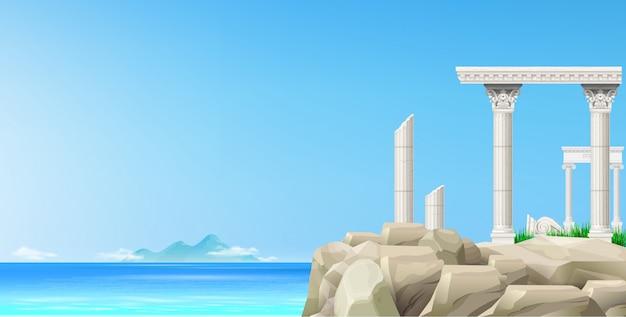 Mare blu del paesaggio e rovine antiche della pietra