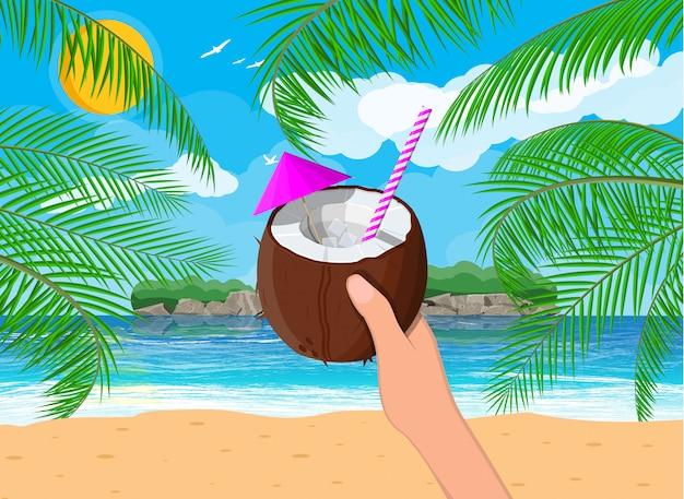 Paesaggio della palma sulla spiaggia, cocktail