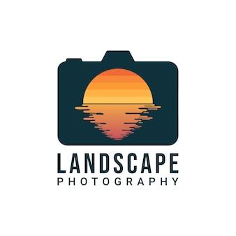 Design del logo del fotografo paesaggista. fotocamera digitale e obiettivo a forma di sole e acqua. logotipo di fotografo naturalista