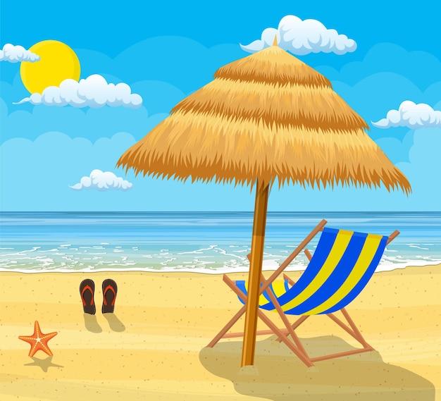 Paesaggio di chaise longue in legno, ombrellone, infradito sulla spiaggia.
