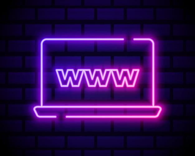 Icona di computer portatile o notebook. stile neon di colore sul muro di mattoni scuri. icona della luce.