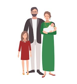 Grande famiglia europea o caucasica. padre, madre che tiene bambino e figlia adolescente in piedi insieme