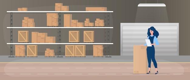 Ampio magazzino con cassetti. scaffale con cassetti e scatole. una ragazza con una lista di merci nelle sue mani. una donna tiene in mano una fattura. scatole di cartone. .