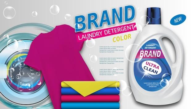 Detersivo per bucato in un contenitore di plastica su sfondo chiaro, asciugamani puliti di colore e t-shirt.