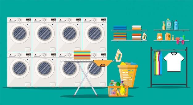 Interno della lavanderia con lavatrice