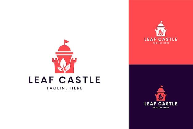 Design del logo dello spazio negativo del castello di foglia