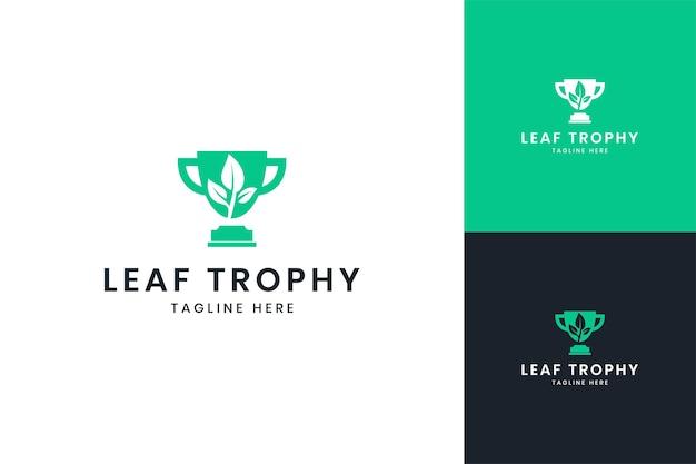 Design del logo dello spazio negativo del trofeo della foglia
