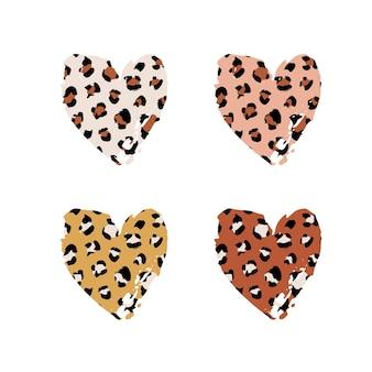 Set a forma di cuore con tratto di pennello disegnato a mano strutturato con stampa leopardata. macchia astratta della pittura con struttura del modello della pelle del ghepardo animale selvatico. elementi di disegno vettoriale marrone, giallo per disegni di stampa.