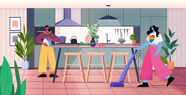 Famiglia lesbica che pulisce l'aspirapolvere con il servizio di pulizia del pavimento transgender ama il concetto di lavoro domestico