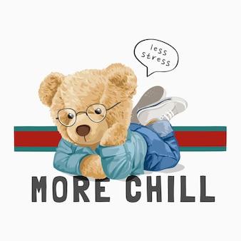 Meno stress più freddo slogan con la bambola dell'orso sdraiata sull'illustrazione della pancia