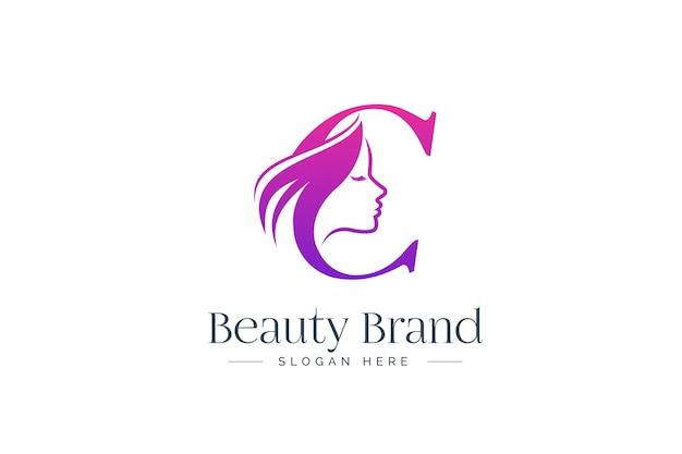 Design del logo di bellezza della lettera c. siluetta del fronte della donna isolata sulla lettera c.