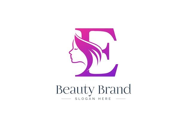 Design del logo di bellezza della lettera e. siluetta del fronte della donna isolata sulla lettera e.