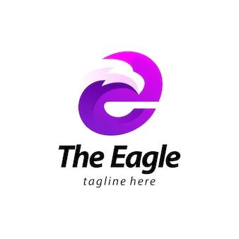 Lettera e aquila gradiente logo design