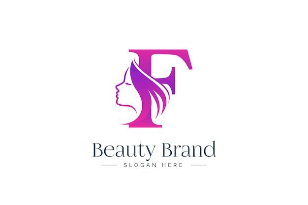 Design del logo di bellezza della lettera f. siluetta del fronte della donna isolata sulla lettera f.