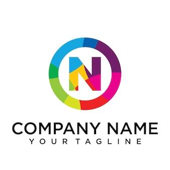 Modello di progettazione del logo della lettera n. segno creativo foderato colorato