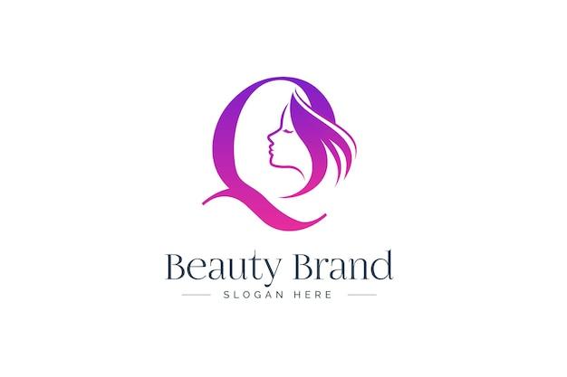 Design del logo di bellezza della lettera q. siluetta del fronte della donna isolata sulla lettera q.