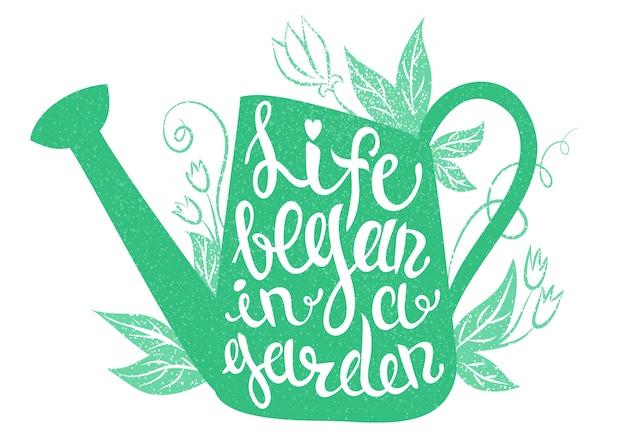 Lettering - la vita è iniziata in un giardino. illustrazione vettoriale con annaffiatoio e lettering.
