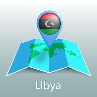 Mappa del mondo di bandiera della libia nel pin con il nome del paese su sfondo grigio