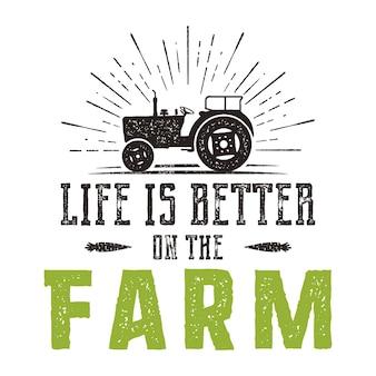 La vita è migliore sull'emblema della fattoria. logo agricolo disegnato a mano dell'annata. stile retrò in difficoltà.