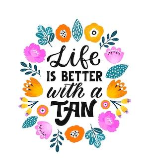 La vita è migliore con un'abbronzatura - frase ispiratrice di lettere a mano. citazione scritta a mano girly. Vettore Premium
